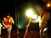 Bohrinsel Arbeiter bei Nacht